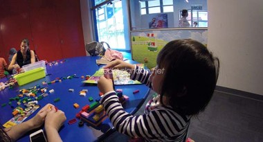 Davina asik dengan LEGO bricks